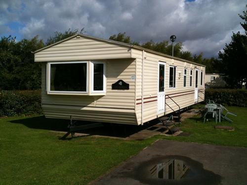 This Cleethorpes park caravan as all caravans on site have similar issues very close to each other causing privacy problems and very hot when in full sun. These neutral window films increased privacy reduced the heat, glare and fading all in one go.